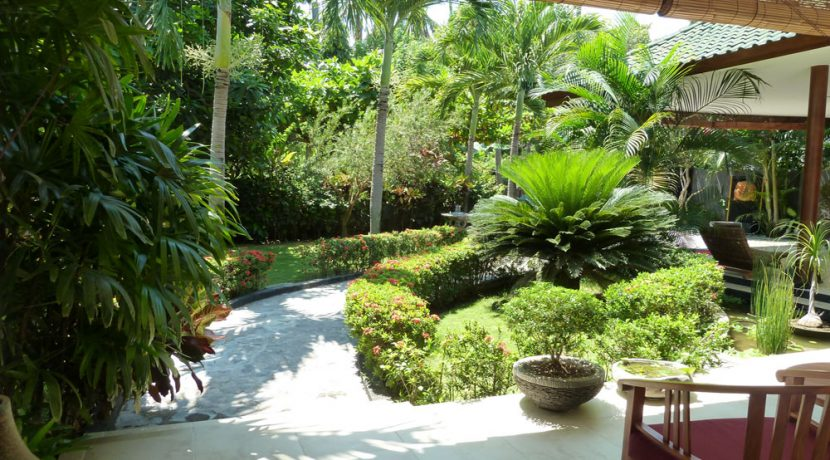 bali-beachfront-villa-for-sale-front-garden