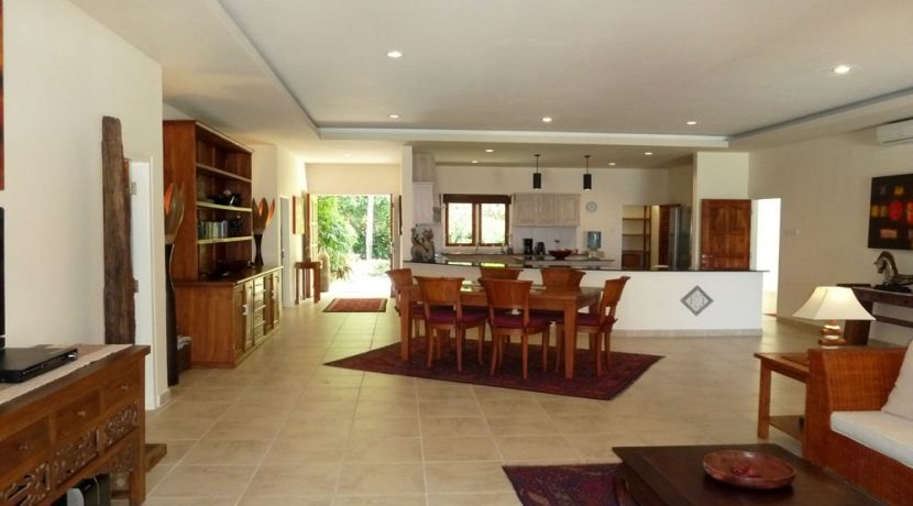 bali-beachfront-villa-for-sale-living