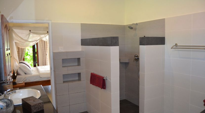 bali-beachfront-villa-for-sale-master-bathroom