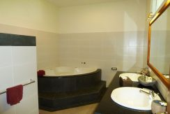 bali-beachfront-villa-for-sale-master-bathtub