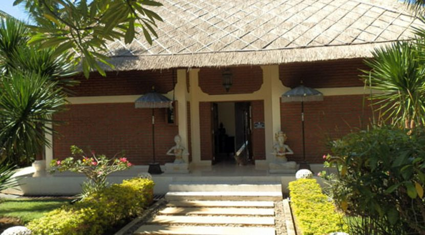 bali-beachfront-villa-for-sale-house-entree