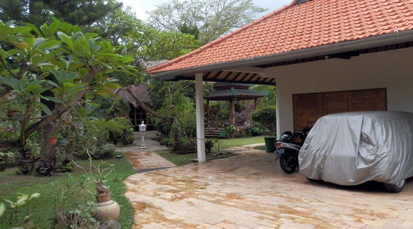 bali-lovina-beach-villa-sales-car-port
