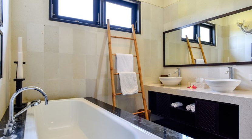 bali-beachfront-villa-sales-bathroom