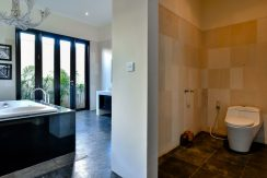 bali-beachfront-villa-sales-bathroom&-toilet