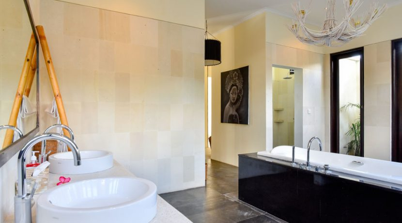 bali-beachfront-villa-sales-master-bathroom