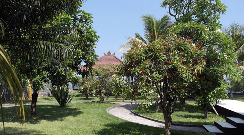 bali-beachfront-villa-garden4