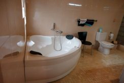 bali-beachfront-villa-for-sale-bathtub