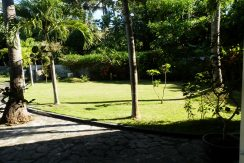 north-bali-beachfront-villa-for-lease-front-garden