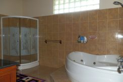 north-bali-beachfront-villa-for-lease-master-bathtub