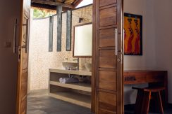 bali-seafront-villa-for-sale-guest-bathroom-entree