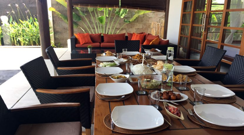 bali-seafront-villa-for-sale-outdoor-dining