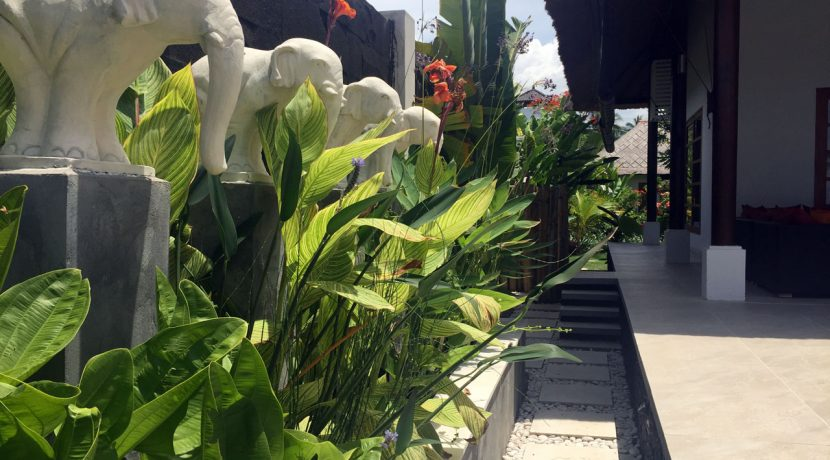 bali-seafront-villa-for-sale-pool-garden2