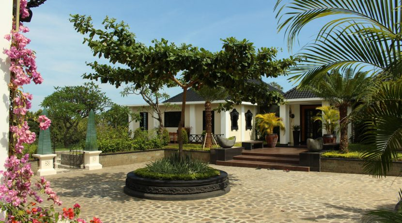 lovina-hillside-villa-for-sale-front-yard-1