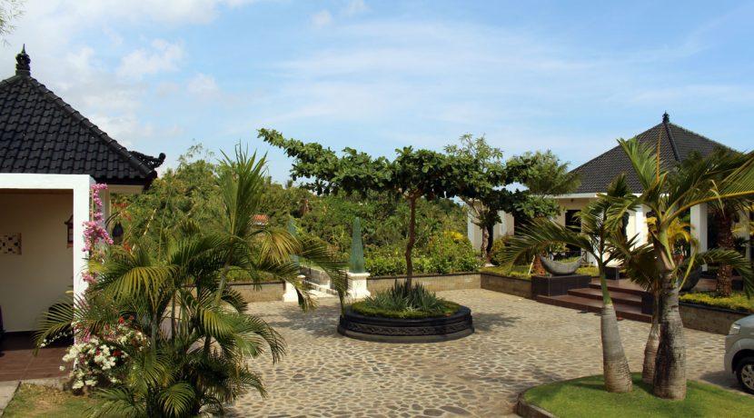 lovina-hillside-villa-for-sale-front-yard-2