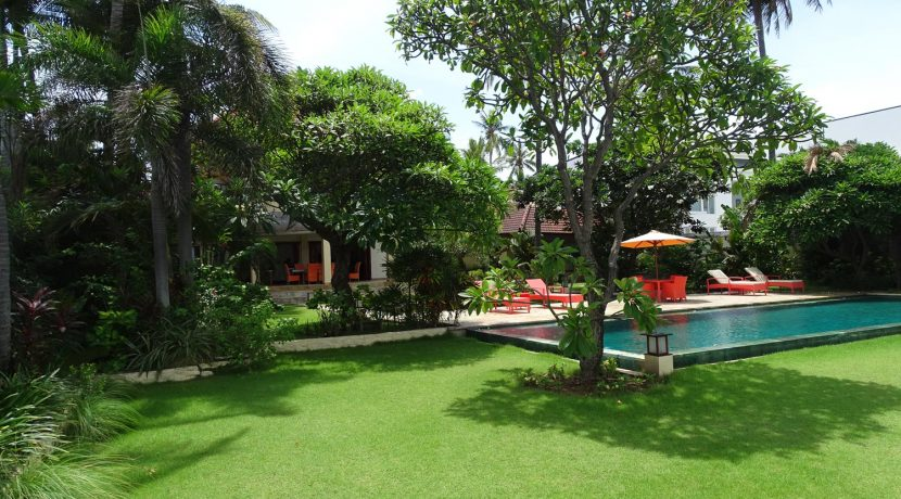 north-bali-beachfront-villa-for-sale-garden