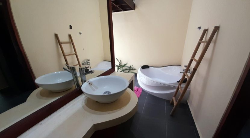 north-bali-beachfront-villa-for-sale-guesthouse-bathtub