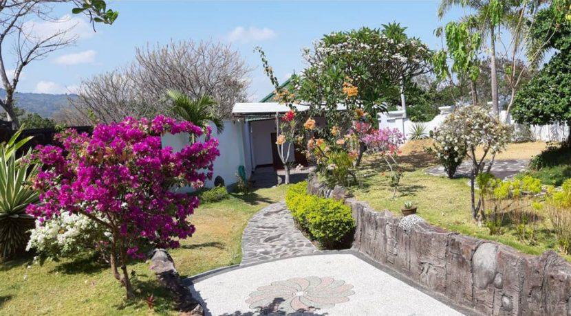 bali-villa-for-sale-garden2