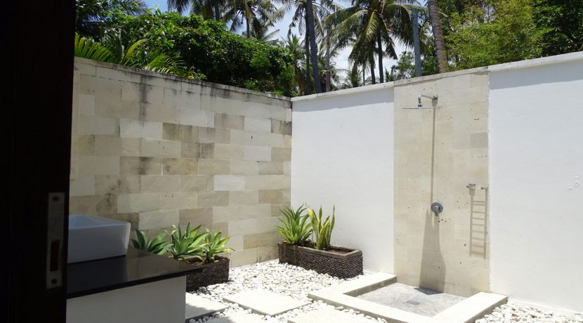 bali-beachfront-villa-for-sale-outdoor-bath